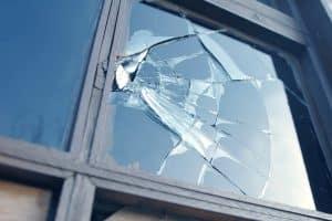 Kaputtes Fenster durch eine Flugdrohne